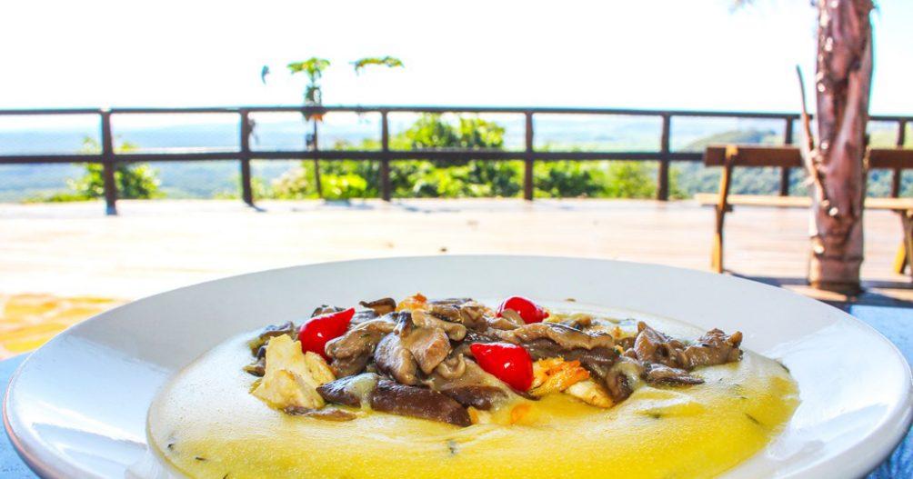 Restaurante Recanto das Cachoeiras - Polenta cremosa com shimeji e frango