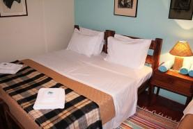 cama-casal-casa-centenaria-hotel-fazenda-jacauna-brotas