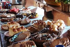 mesa-de-paes-cafe-manha-hotel-fazenda-jacauna-brotas