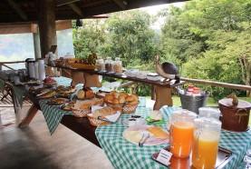 mesa-suco-cafe-manha-hotel-fazenda-jacauna-brotas