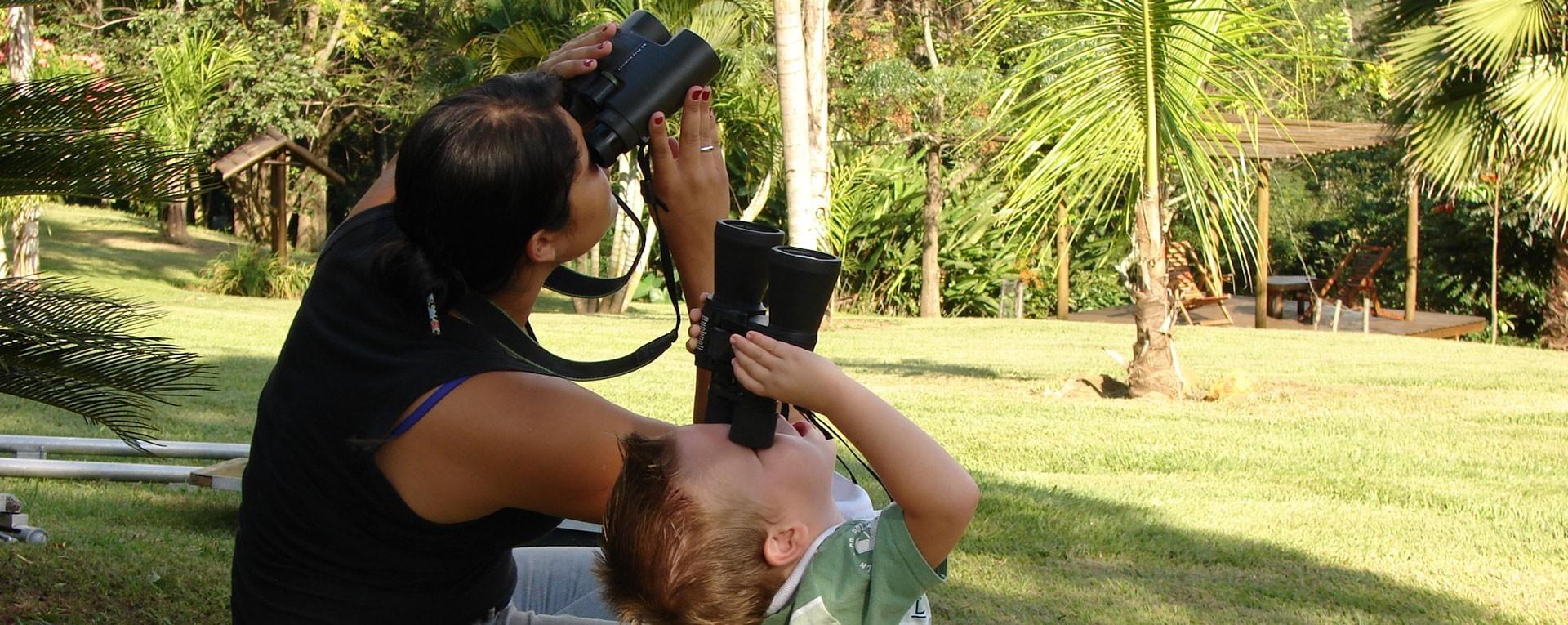 crianca-observando-passaros-hotel-fazenda-jacauna-brotas